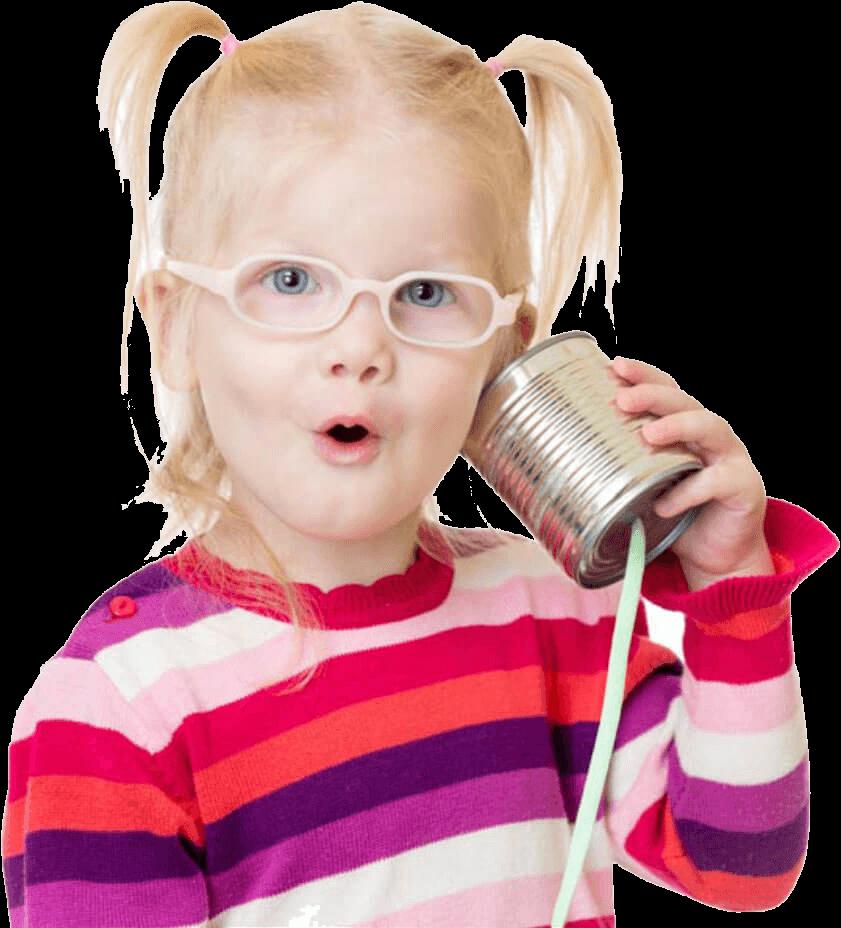 Petite fille qui entend à droite