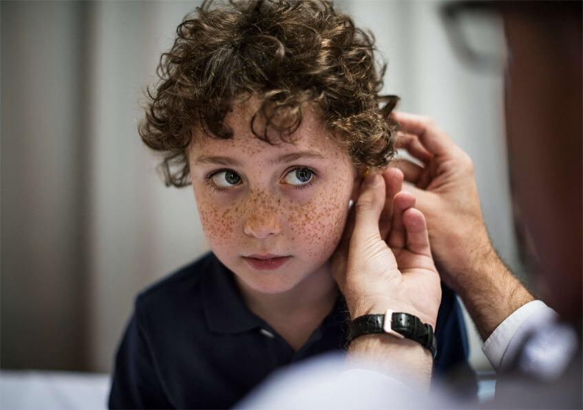 enfant appareil auditif