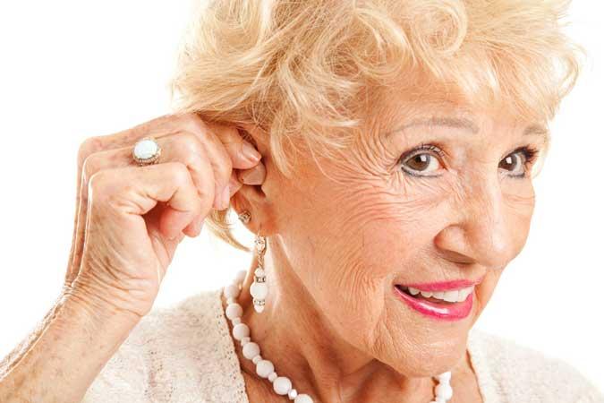 aînée heureuse avec un appareil auditif