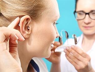 test d'appareil auditif jeune femme